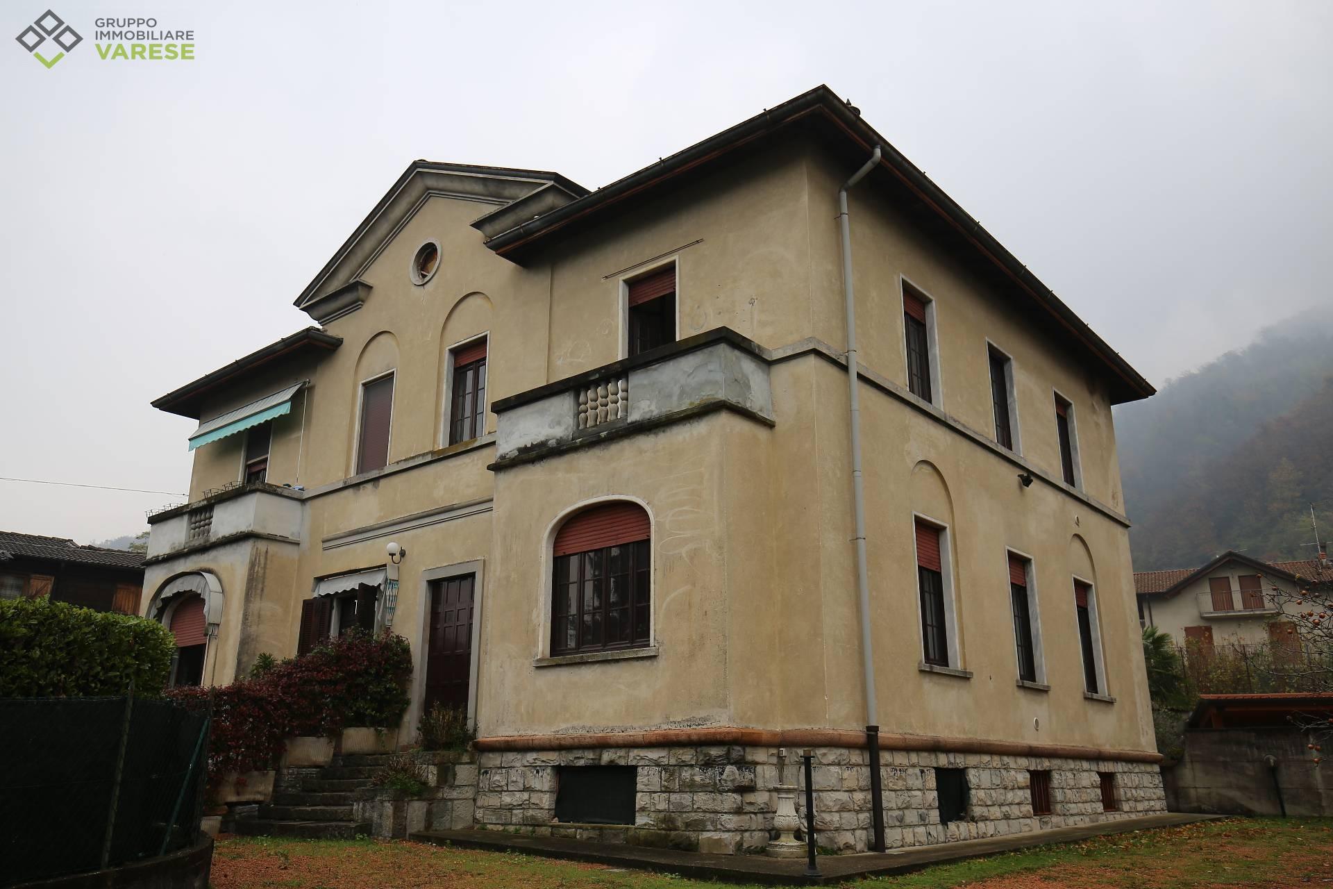 Villa in vendita a Porto Ceresio, 5 locali, prezzo € 400.000 | CambioCasa.it