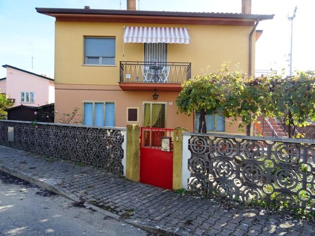 Appartamento in vendita a Marano Lagunare, 5 locali, prezzo € 95.000   CambioCasa.it