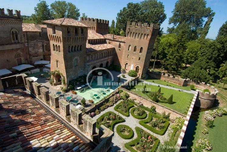 Palazzo in Vendita a Torre De'Picenardi: 5 locali, 6900 mq
