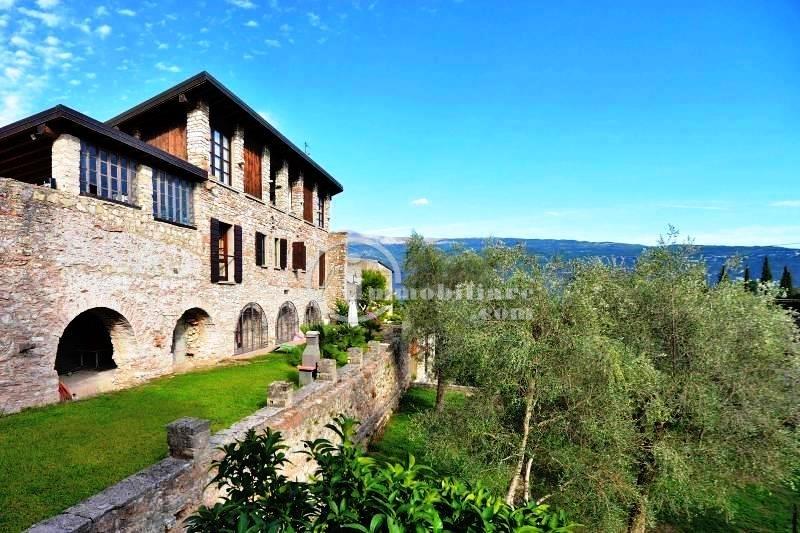 Villa in Vendita a Gargnano: 5 locali, 400 mq