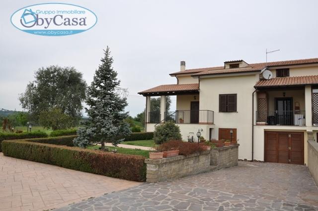 Villa in vendita a Bracciano, 6 locali, zona Località: semicentrale, prezzo € 350.000 | CambioCasa.it