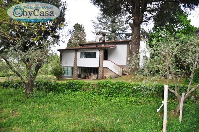 Villa in vendita a Bracciano, 6 locali, zona Località: semicentrale, prezzo € 220.000 | CambioCasa.it