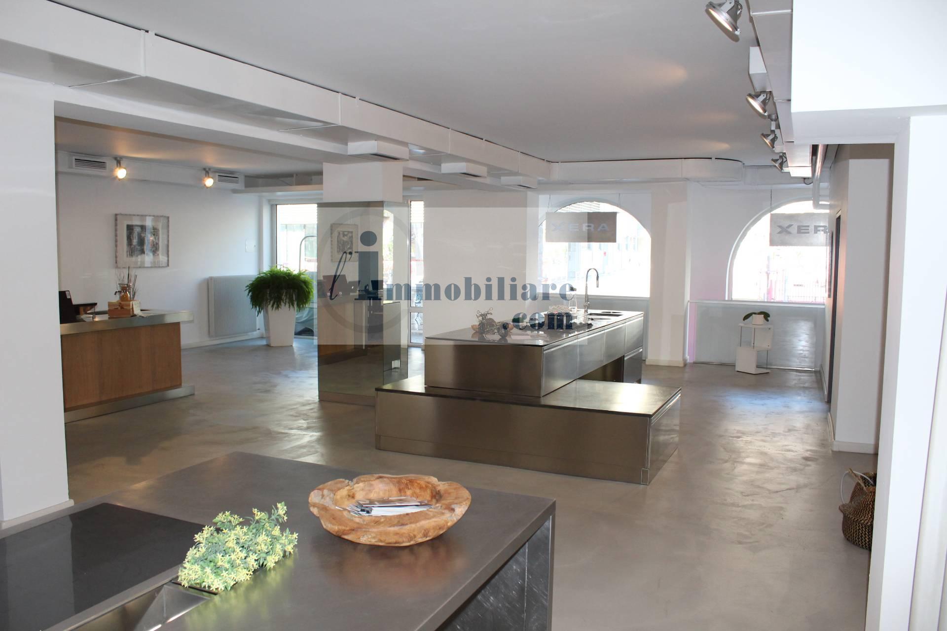 Negozio / Locale in affitto a Bolzano, 9999 locali, zona Zona: Residenziale, prezzo € 2.500 | CambioCasa.it