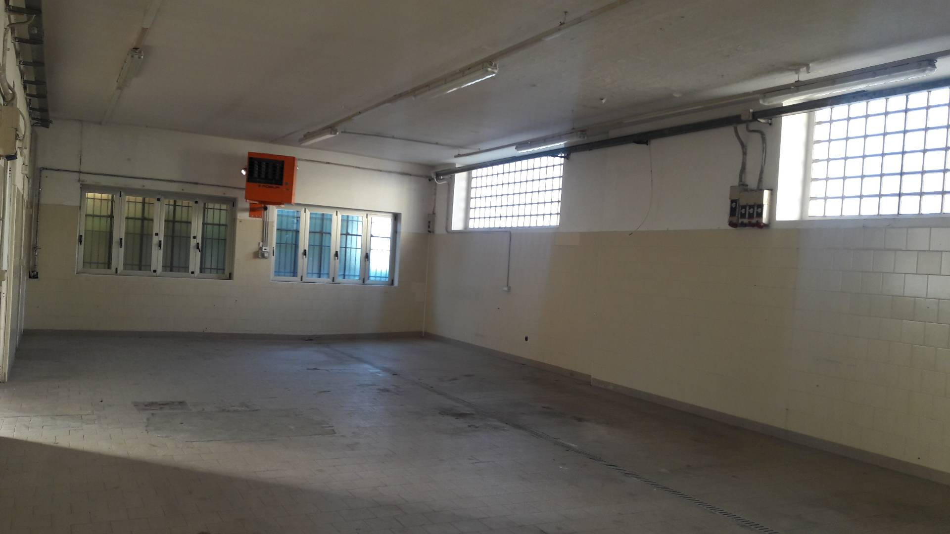 Capannone in affitto a Cardano al Campo, 9999 locali, prezzo € 1.300 | CambioCasa.it