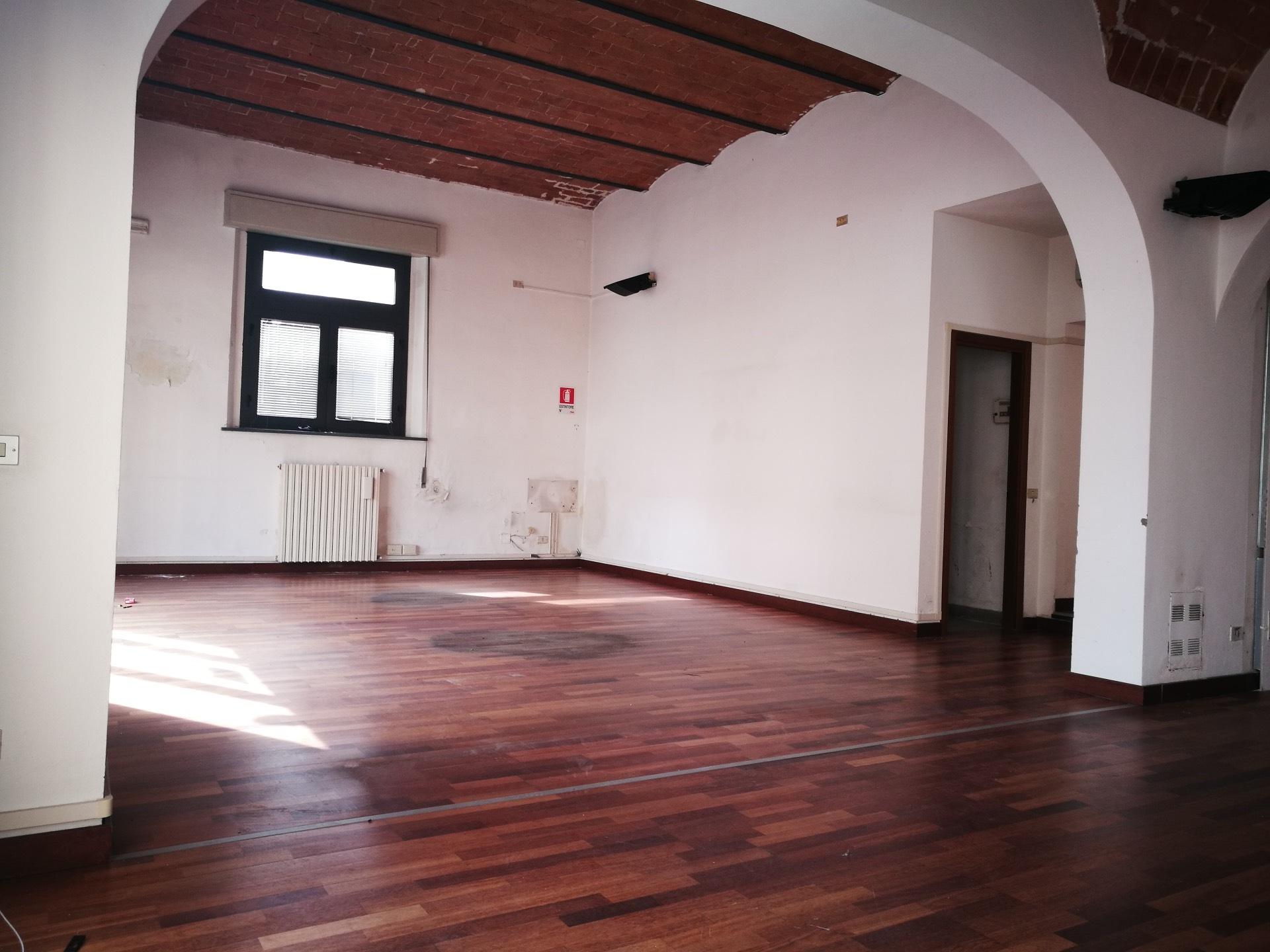 Negozio / Locale in affitto a Pontedera, 9999 locali, zona Località: Centro, prezzo € 1.500 | CambioCasa.it