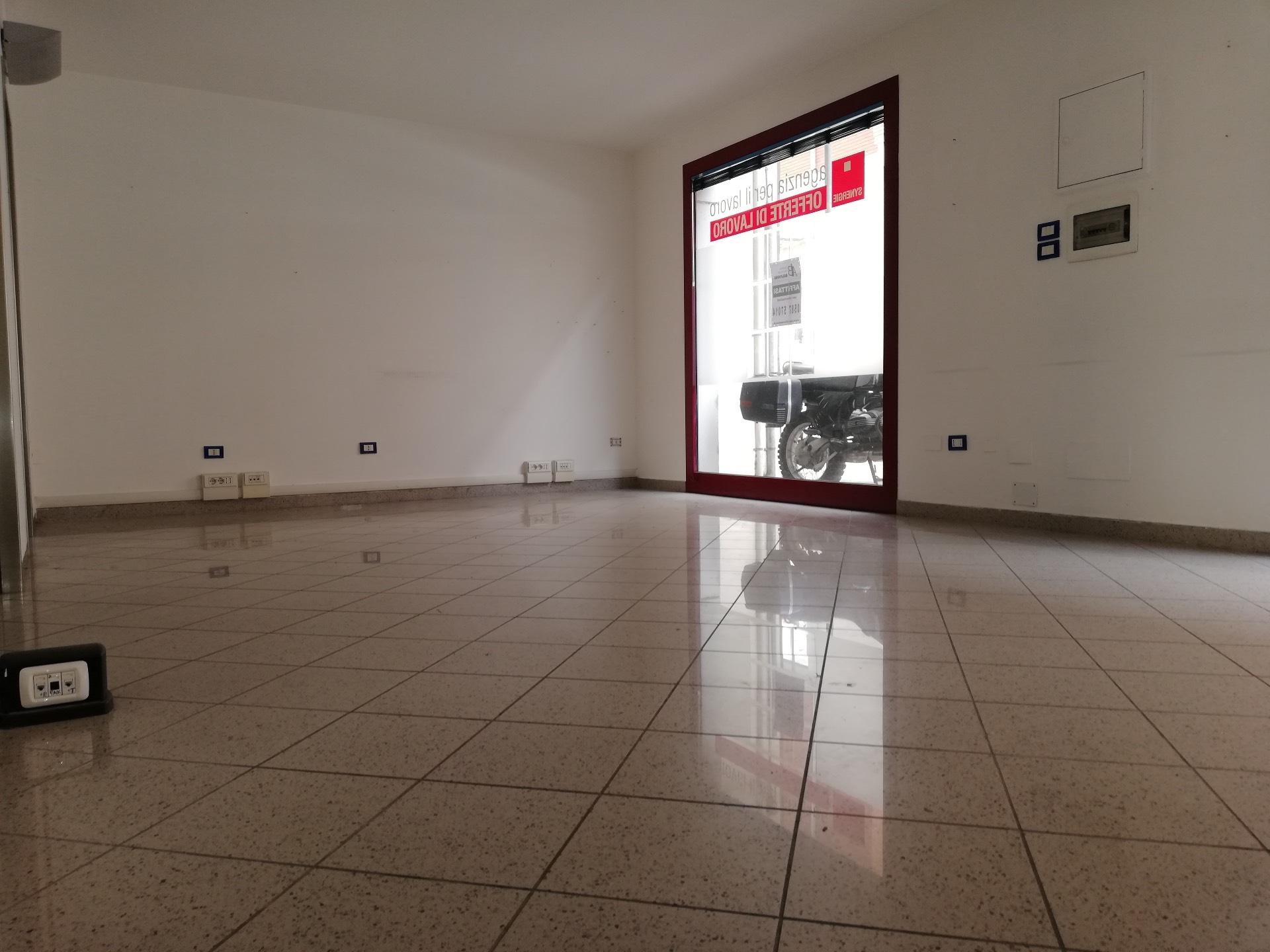 Negozio / Locale in affitto a Pontedera, 9999 locali, zona Località: Centro, prezzo € 700 | CambioCasa.it