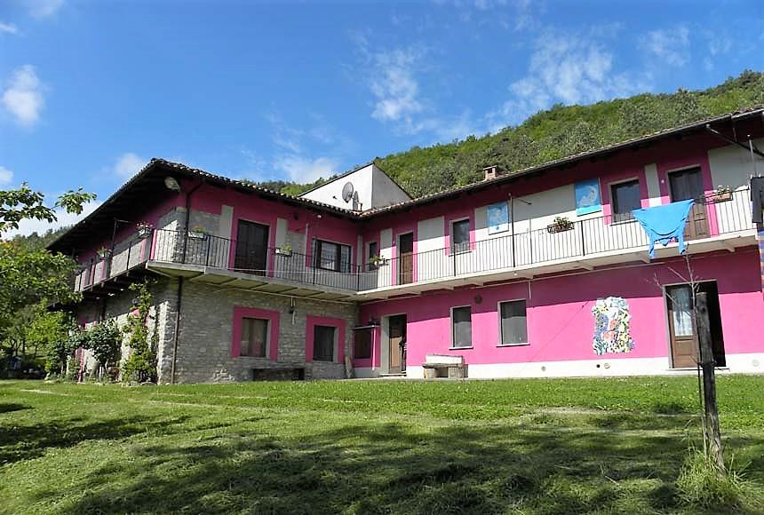 Farmhouse / Estate for Sale to Bosia