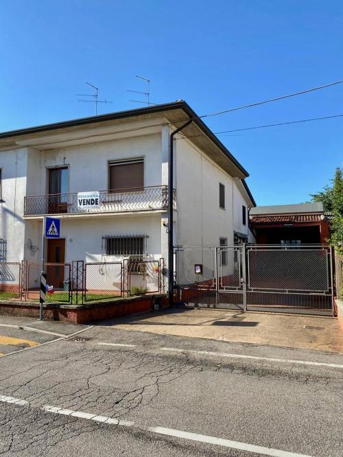 Porzione di villa bifamiliare in Vendita a Villafranca di Verona