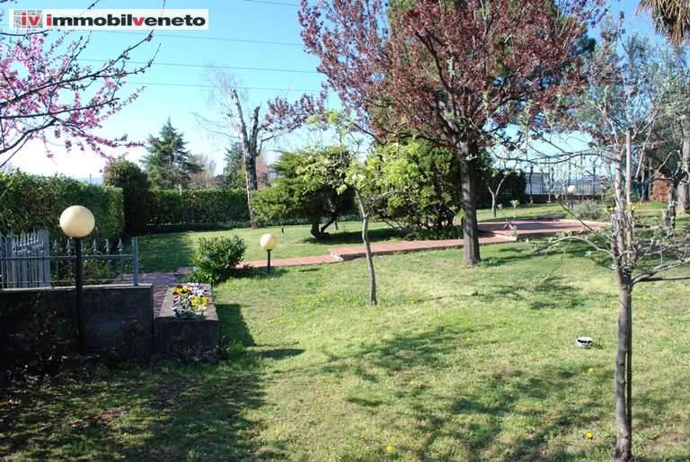 Soluzione Indipendente in vendita a Lonigo, 10 locali, zona Zona: Almisano, Trattative riservate | CambioCasa.it