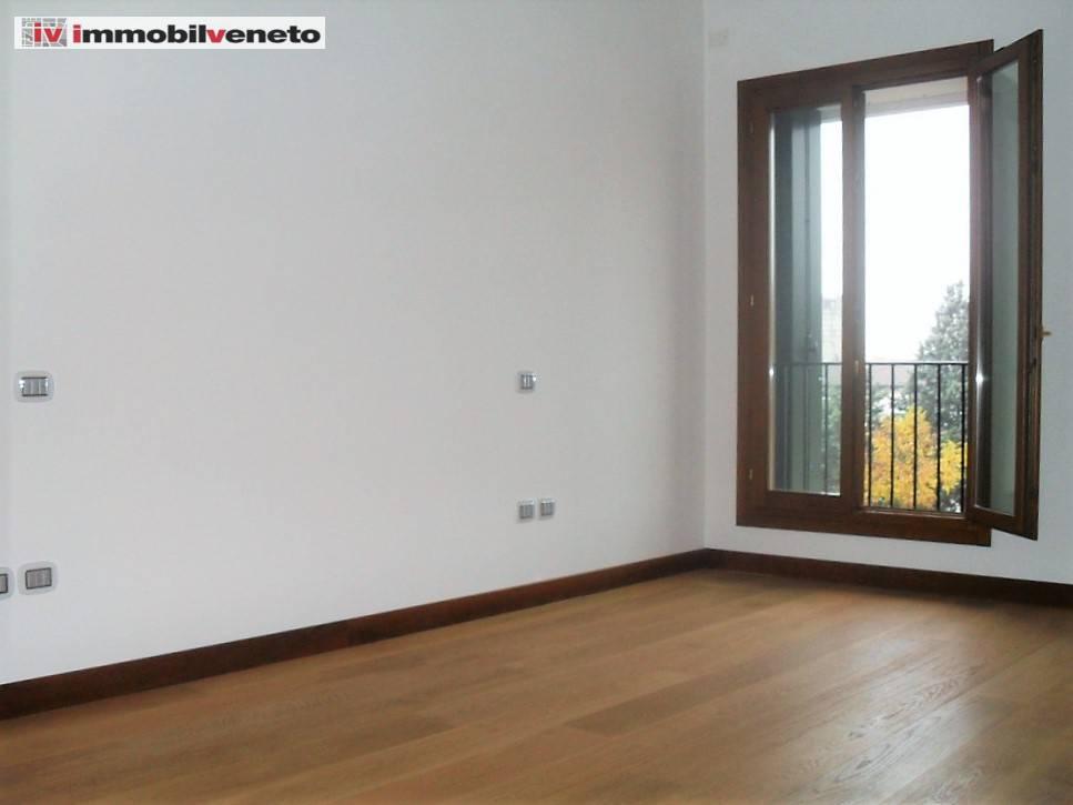 Appartamento in vendita a Lonigo, 8 locali, Trattative riservate | CambioCasa.it