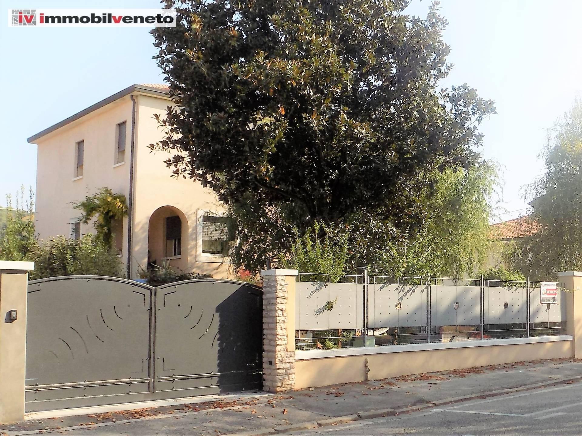 Soluzione Indipendente in vendita a Lonigo, 10 locali, Trattative riservate | CambioCasa.it