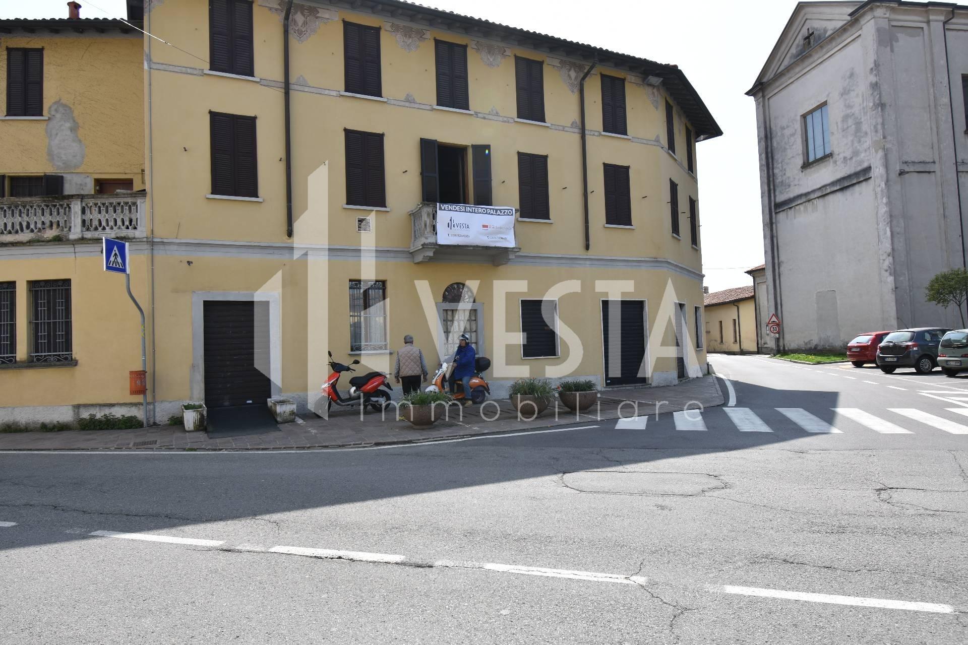 Palazzo / Stabile in vendita a Cernusco Lombardone, 10 locali, Trattative riservate | CambioCasa.it