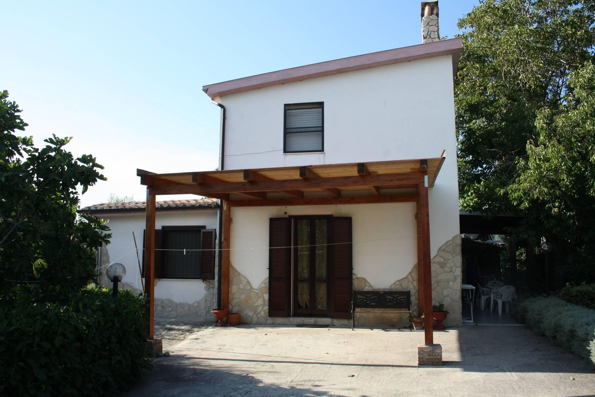 Villa in vendita a Larino, 5 locali, prezzo € 98.000 | CambioCasa.it