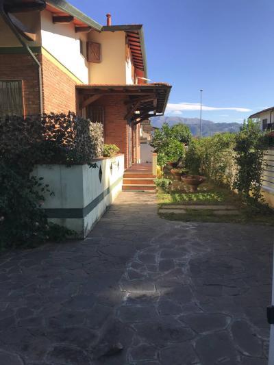 BIFAMILIARE in Vendita a Camaiore