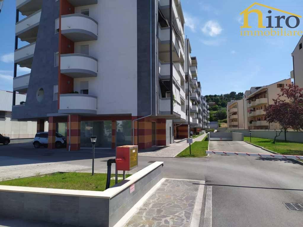 Negozio / Locale in affitto a Francavilla al Mare, 9999 locali, prezzo € 2.500 | CambioCasa.it