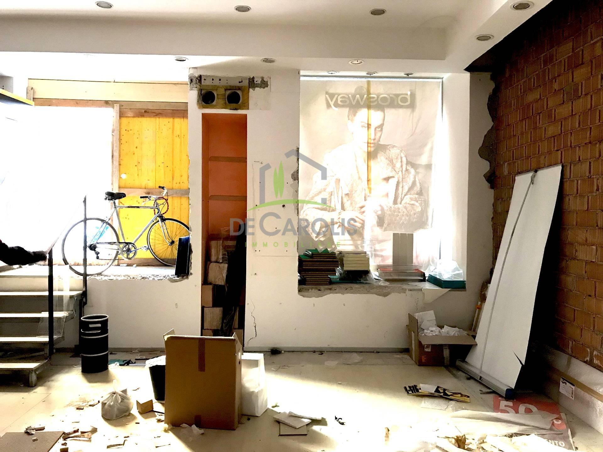 Negozio / Locale in affitto a Ascoli Piceno, 9999 locali, zona Località: CentroStorico, prezzo € 2.000 | CambioCasa.it