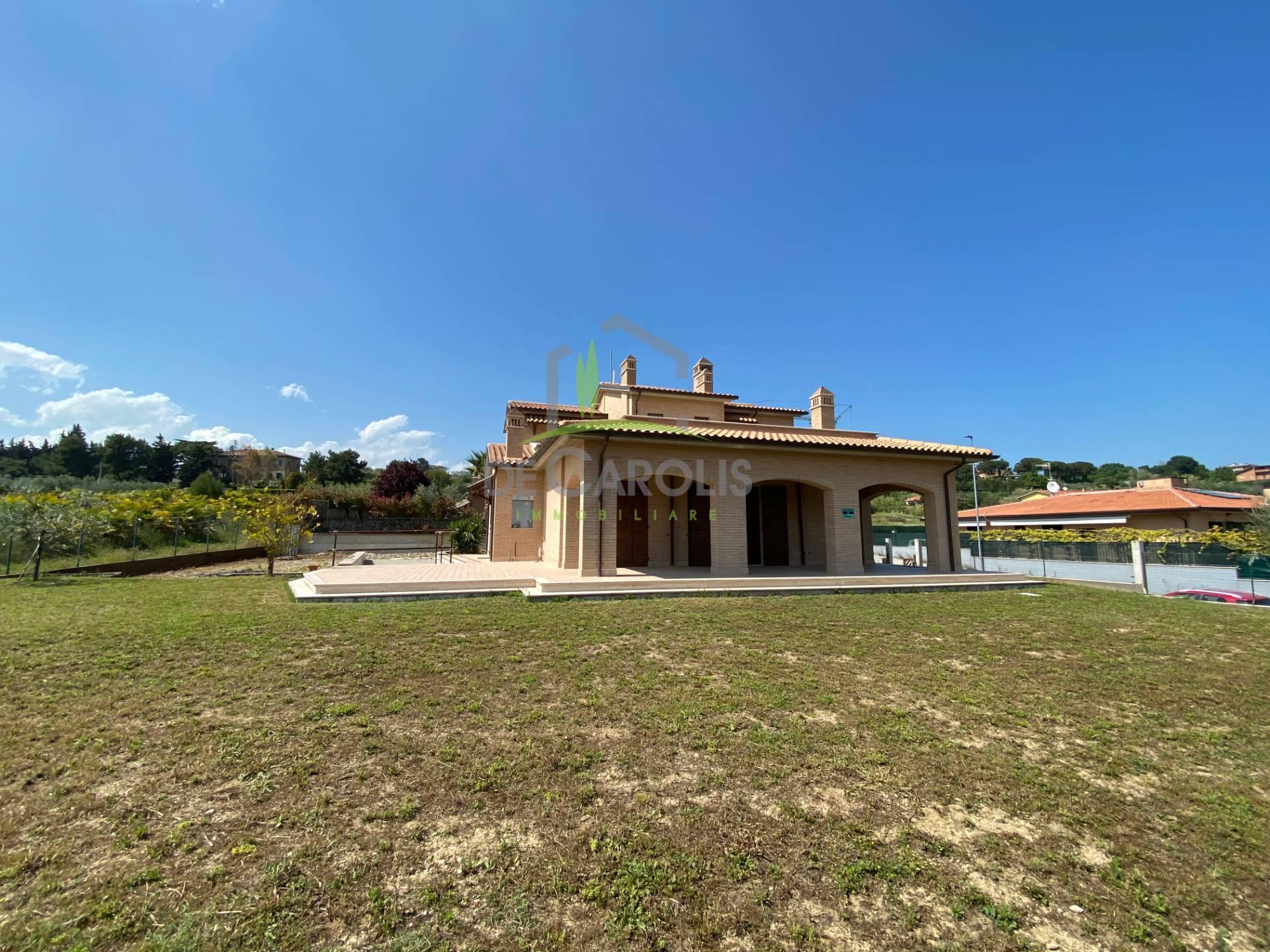 Villa in vendita a Monteprandone, 11 locali, zona Zona: Centobuchi, Trattative riservate | CambioCasa.it