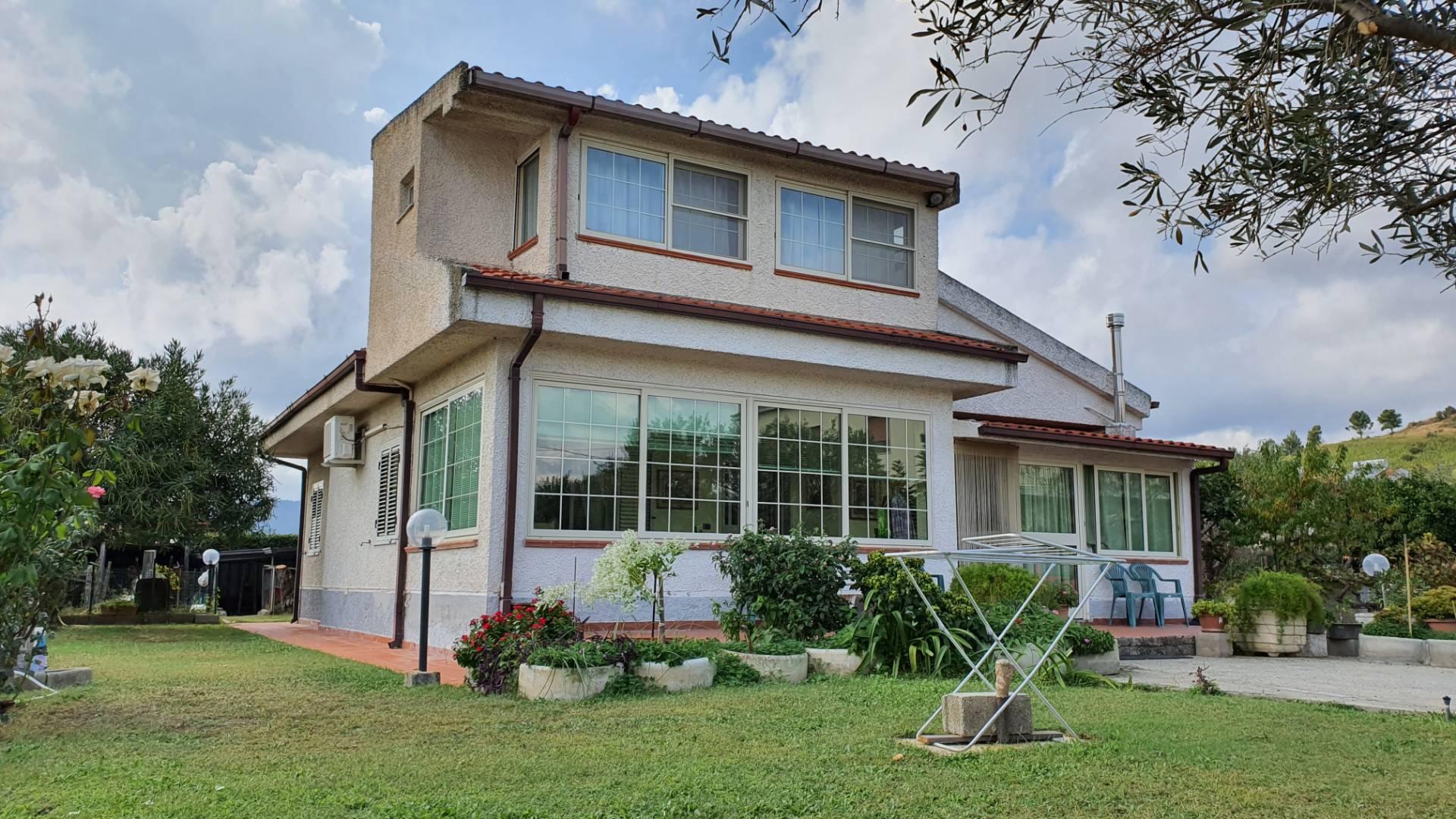 Villa in vendita a Borgia, 4 locali, zona Località: RoccellettadiBorgia, prezzo € 175.000   CambioCasa.it