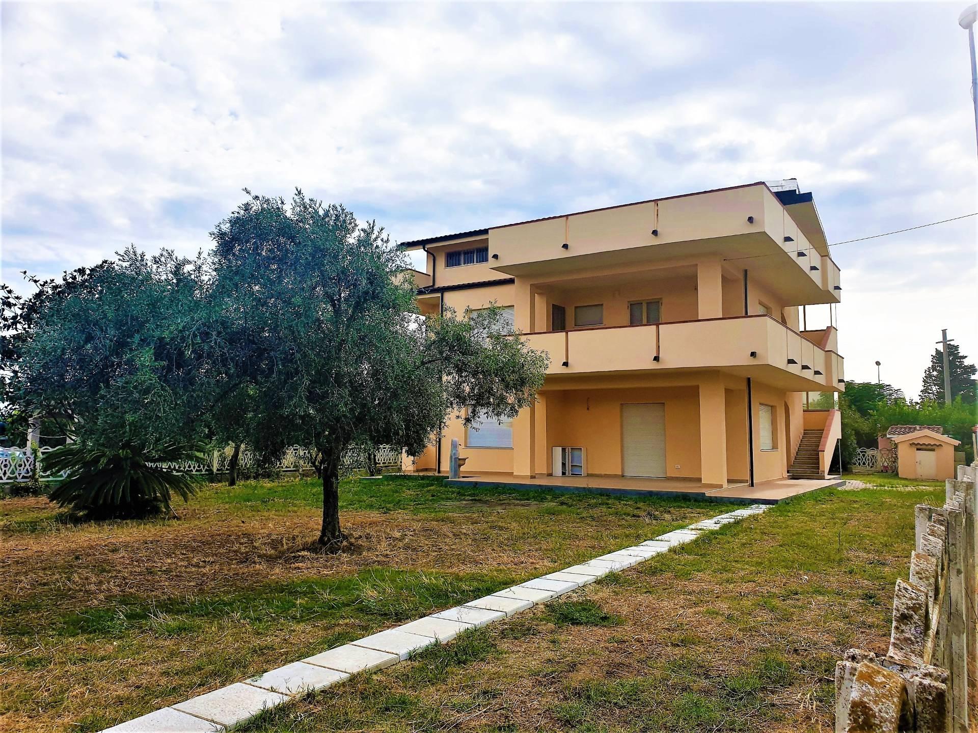Palazzo / Stabile in vendita a Sellia Marina, 11 locali, zona Zona: Ruggero, prezzo € 270.000 | CambioCasa.it