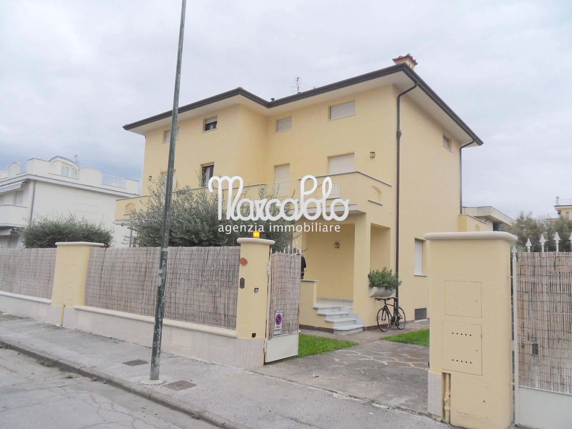 Villa Bifamiliare in affitto a Camaiore, 8 locali, zona Località: LidodiCamaiore, Trattative riservate | CambioCasa.it