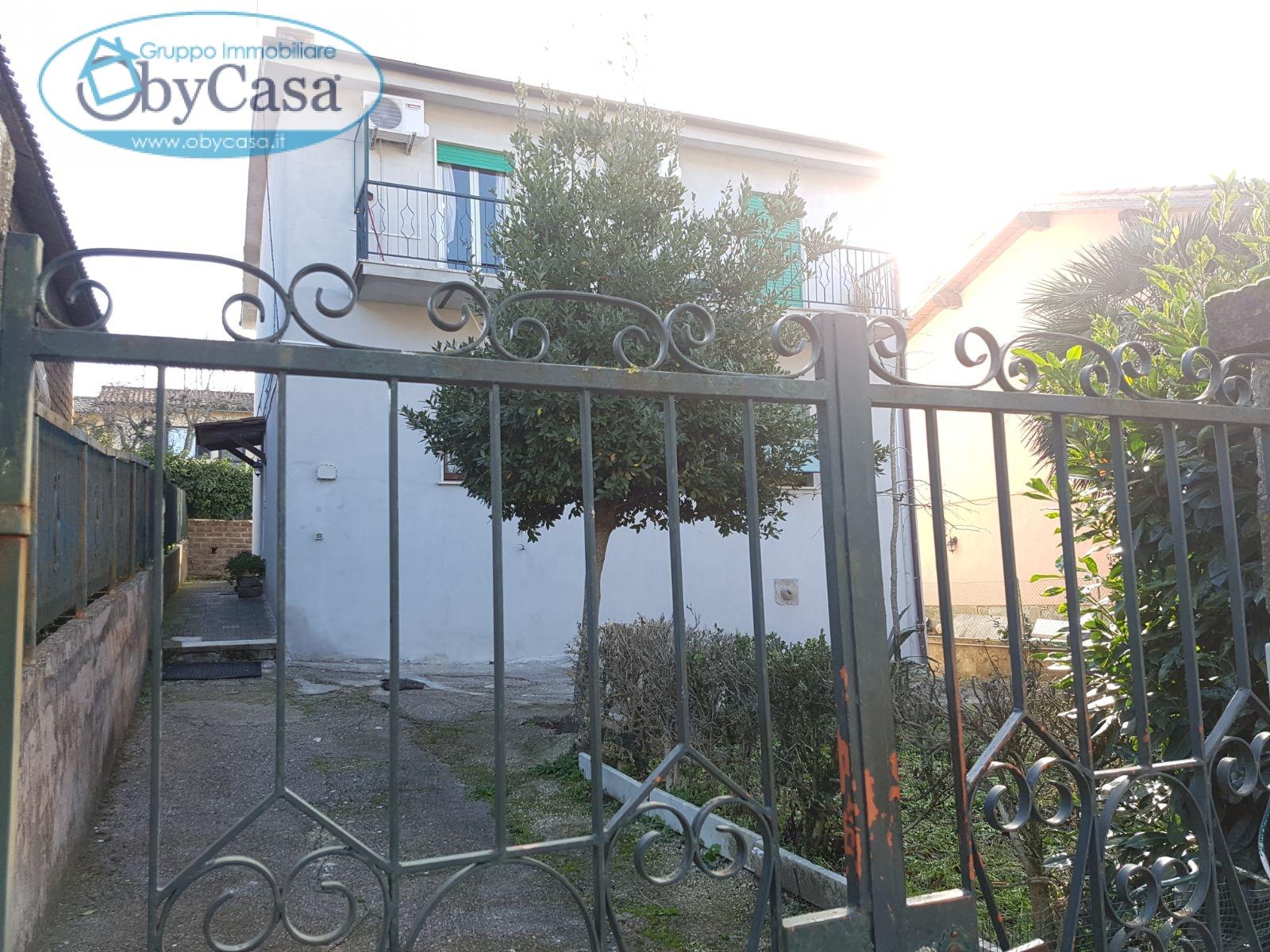 Appartamento in vendita a Manziana, 4 locali, prezzo € 90.000   CambioCasa.it