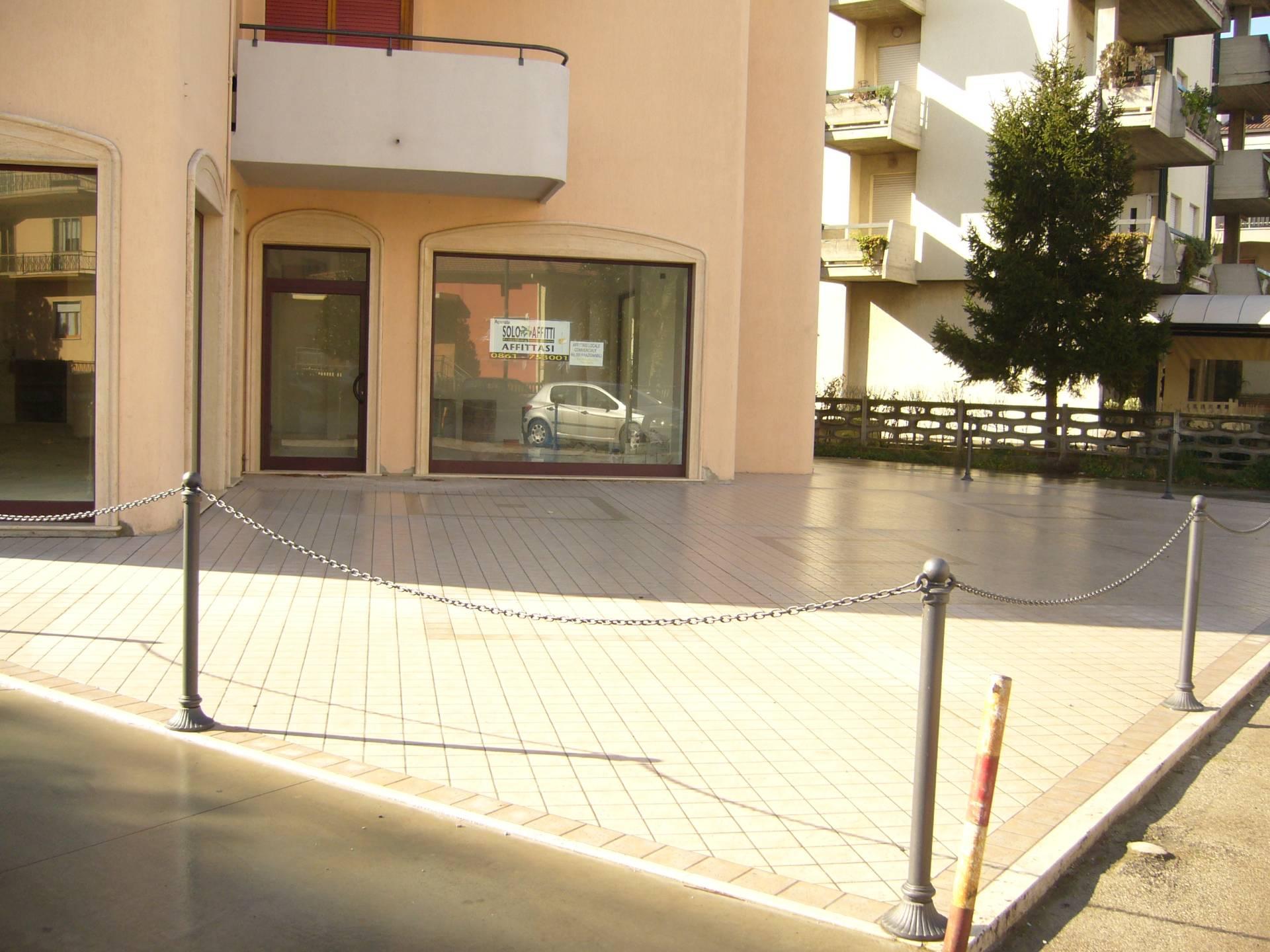 Negozio / Locale in affitto a Alba Adriatica, 9999 locali, zona Località: ZonaMare, prezzo € 2.000   CambioCasa.it