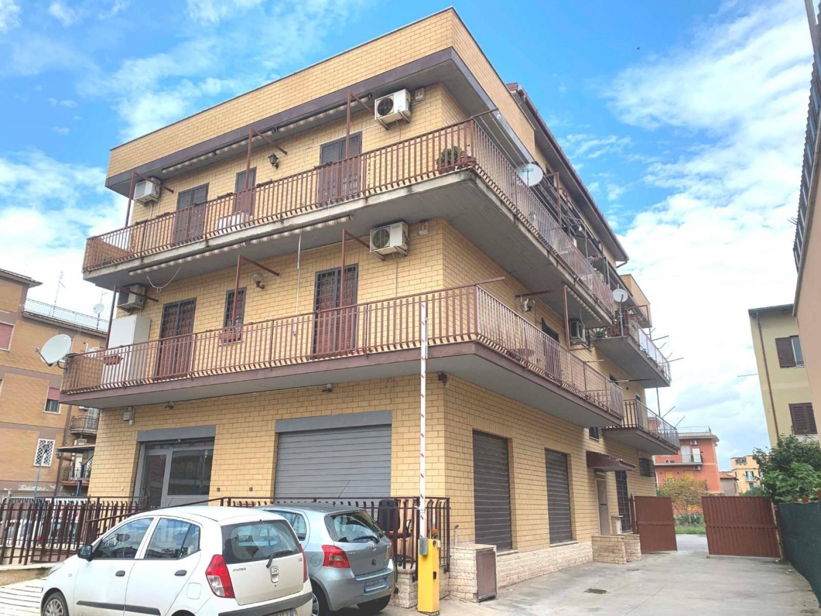 1118417468 Trilocale in Via Francesco Di Benedetto, Roma, Zona Anagnina