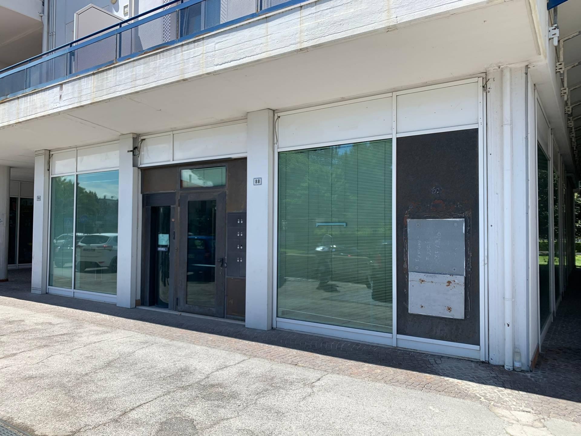 Negozio / Locale in affitto a Pesaro, 9999 locali, zona Zona: Pantano, prezzo € 900   CambioCasa.it
